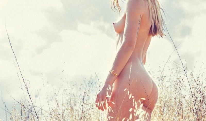 sexy ragazza nuda in un campo